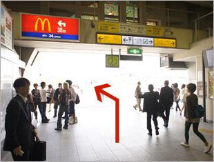 ①目白駅の改札を出たら左に向かいます。目白駅の改札口は1つだけです