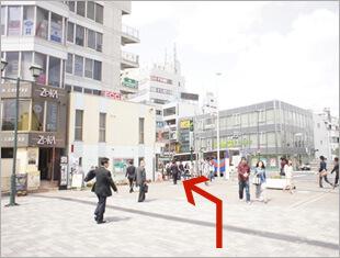 ②左手にある交番の方向へ向かいます