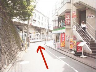 ⑤階段を降り切ったら真っ直ぐ進みます。約20m先の右手にファミリーマートがあります